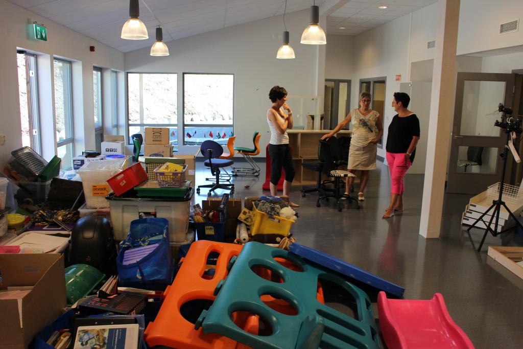 Flyttesjau i barnehagen. Pedagogisk leder Monica Broholm og styrer Toril Fjeldvær i samtale med rådmann Laila E. Hjertø