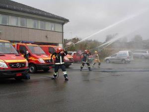 Brannmannskaper tester utstyret utenfor brannstasjonen i Fillan i oktober 2017